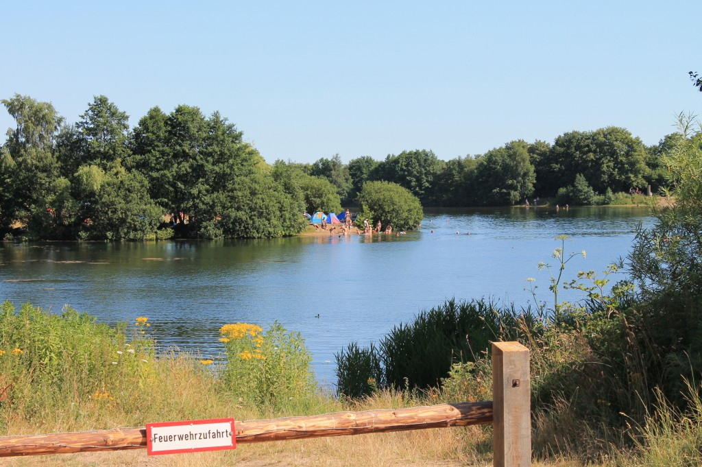 Hummelsee-Blick-vom-Parkplatz-auf-Zelte-2013-07